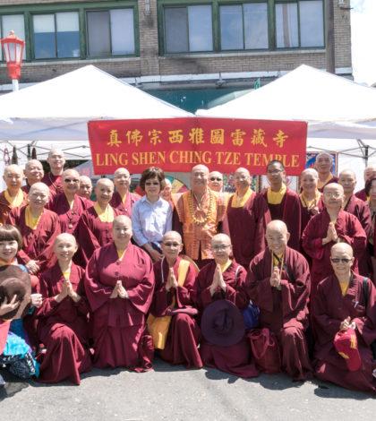 圖為盧師尊、師母與眾弟子在西雅圖雷藏寺攤位前合影。