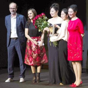 女星林青霞獲獎女兒邢愛林也上台獻花祝賀