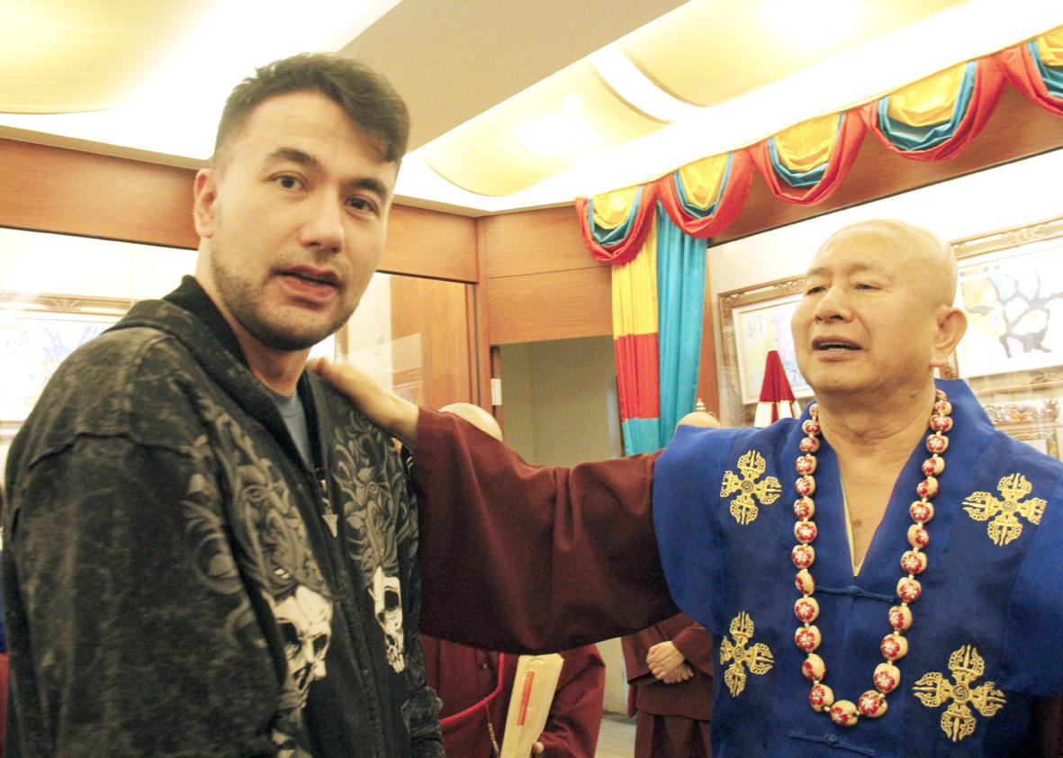 蓮生法王盧勝彥拍肩加持台灣知名藝人黃志瑋先生