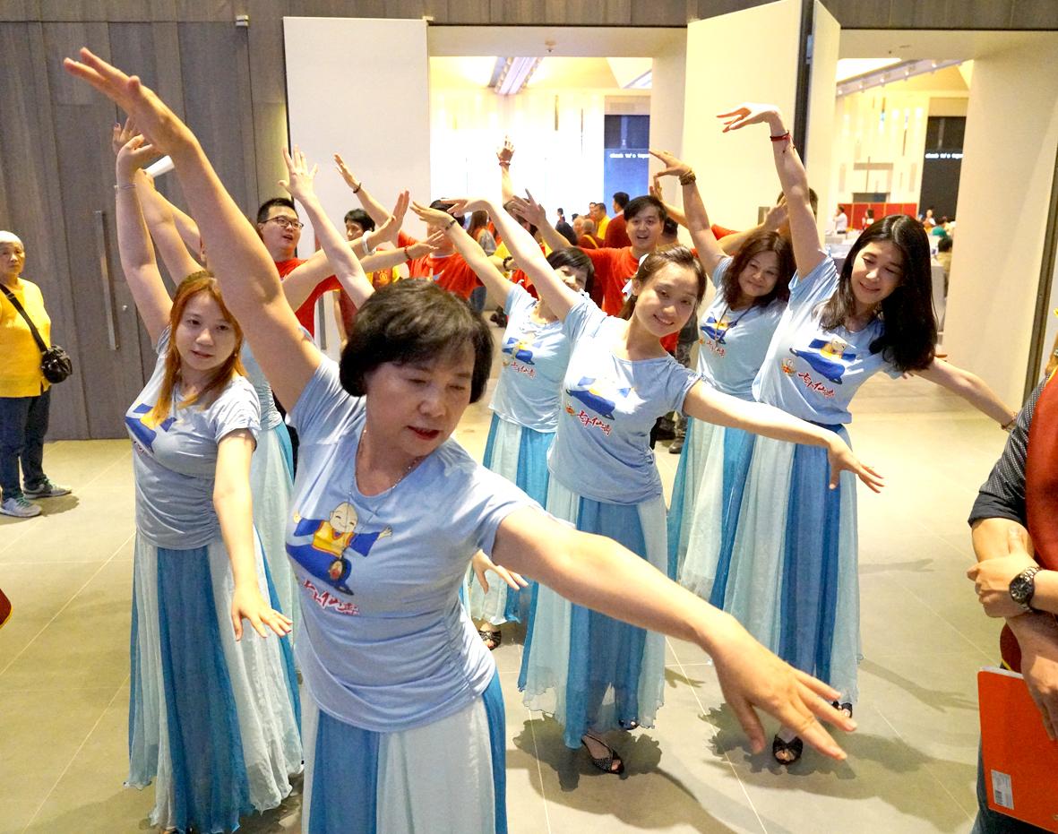 「陽光舞供團」表演供佛