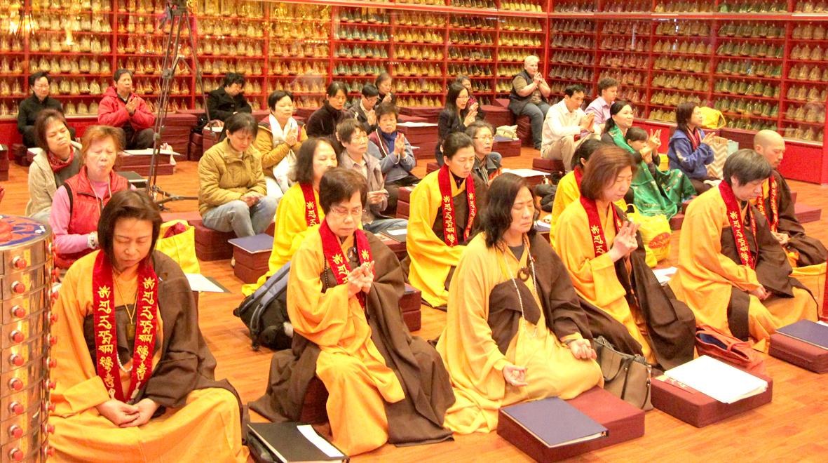 華光雷藏寺的善信虔心共修