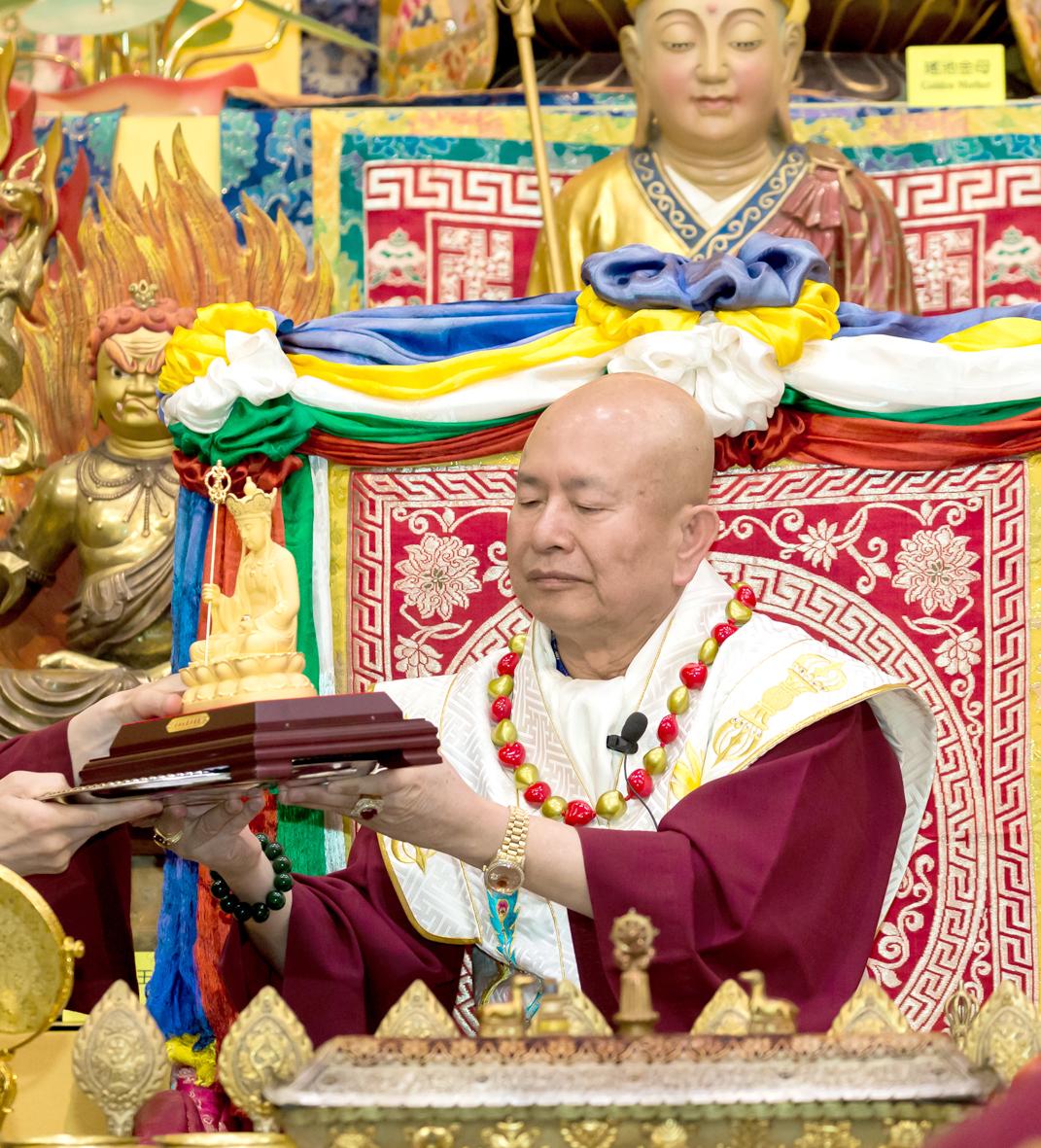 請法代表獻供的純金地藏王菩薩