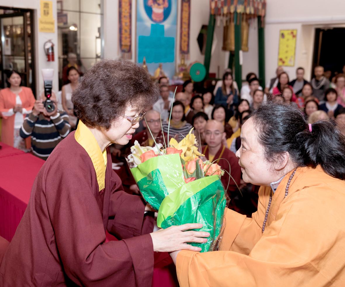 加州請法代表之一向師母獻花