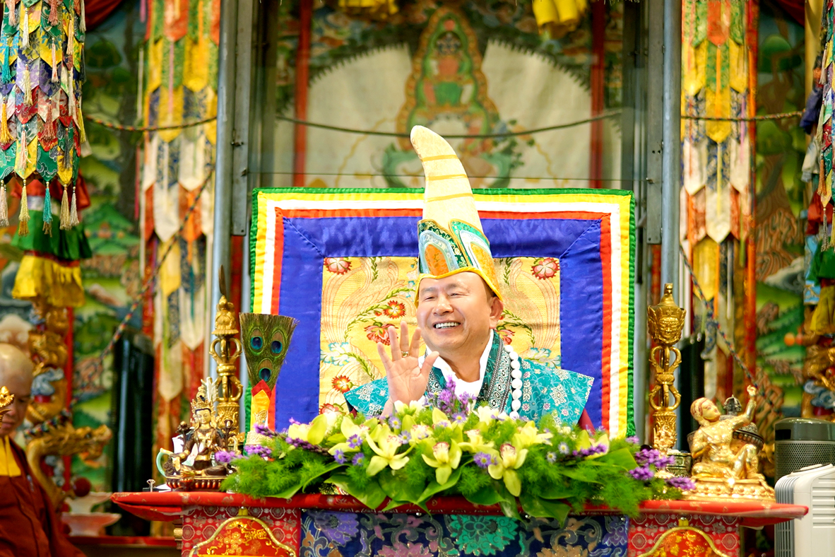 根本傳承上師蓮生活佛盧勝彥。