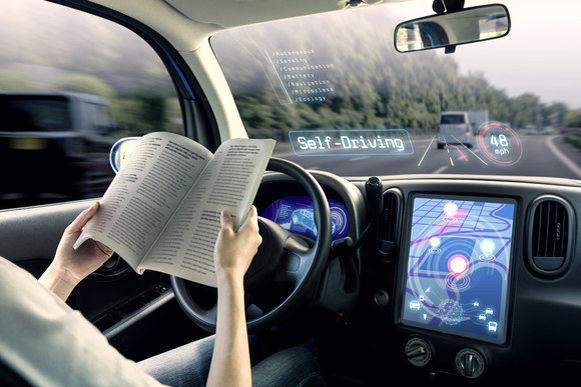 在自駕車行進中閱讀書本