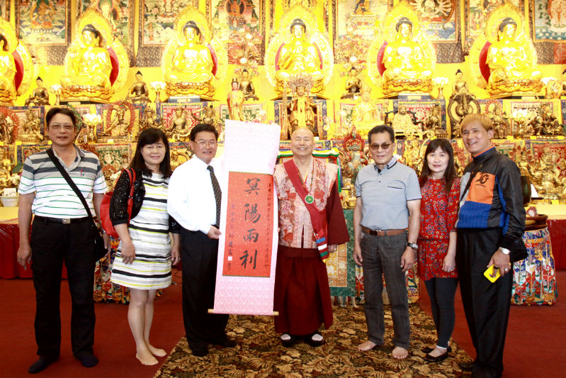 來訪貴賓邱建富市長致贈「冥陽兩利」的字幅給蓮生聖尊