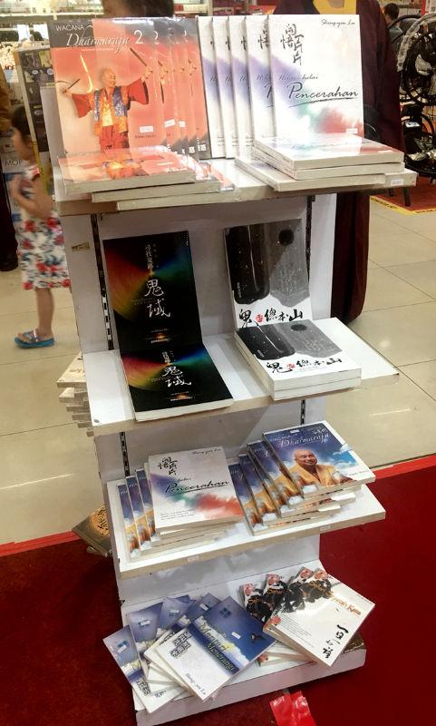 現場有多個書架擺置蓮生活佛中文版及印尼版本文集