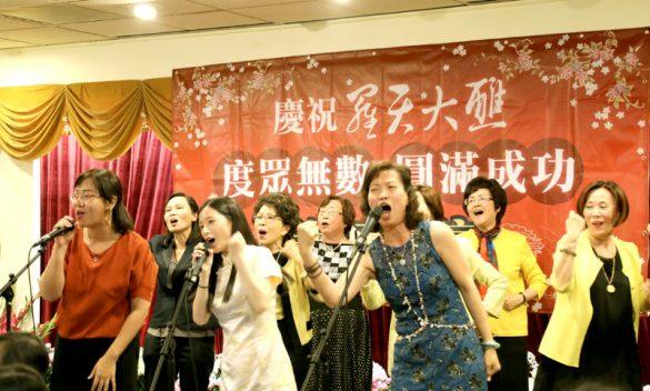 加州四大媽與一如雷藏寺善信熱情獻唱。