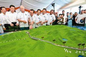 去年九月八日馬國前總理納吉(左三)視察該計畫在半島東岸關丹動工時的模型。