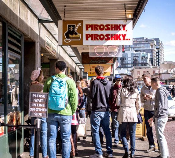 俄羅斯餅店外排隊的客人
