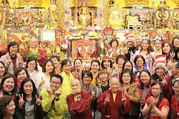 師尊、師母與齊聚西雅圖雷藏寺的佛子,共渡中秋並合影。