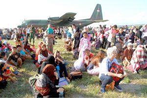 衝進雅加達機場裡希望和C-130飛機救災一起走的大批災民