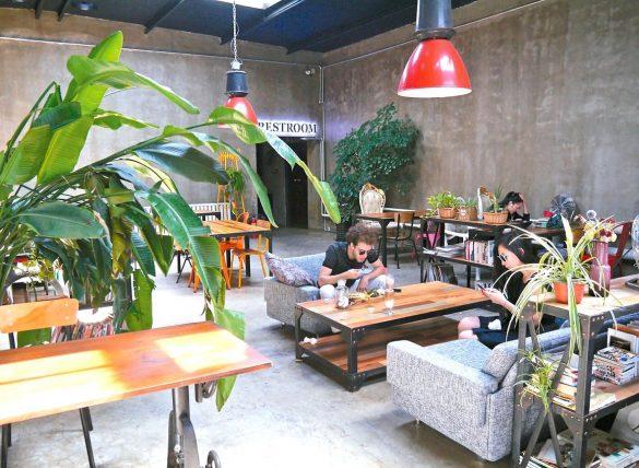 草場地「台灣來的牛肉麵」也是當地熱門餐廳
