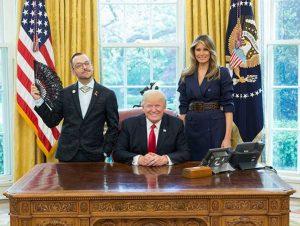 川普總統白宮辦公桌背後沒有堅實靠背是缺點