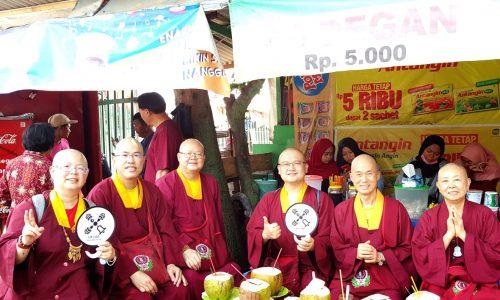 作者蓮花慧君上師(左)與其他上師、法師在印尼留影