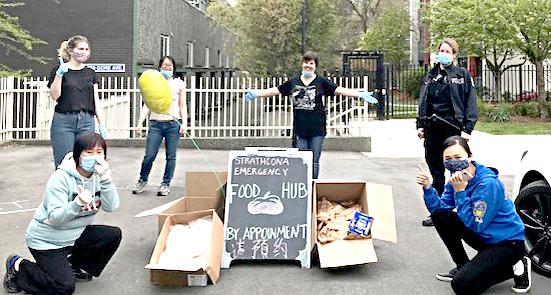 義工與警員在Strathcona 緊急食品中心準備分發食物