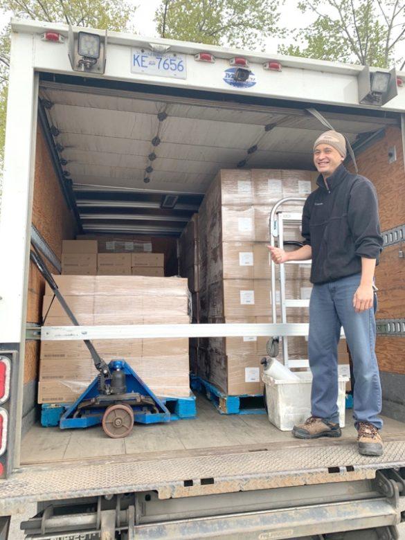 華光功德會義工運送和準備食物派發給低收入家庭
