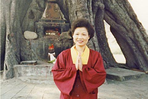 1996年11月24日,師母蓮香上師攝於藍毘尼佛陀出生地。
