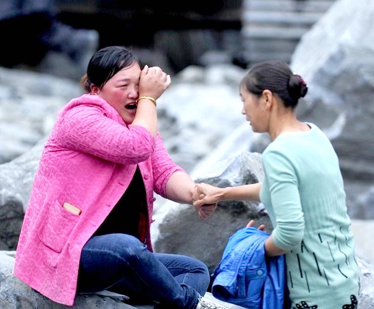 四川茂縣山崩滅村 失去哥哥而傷心的妹妹