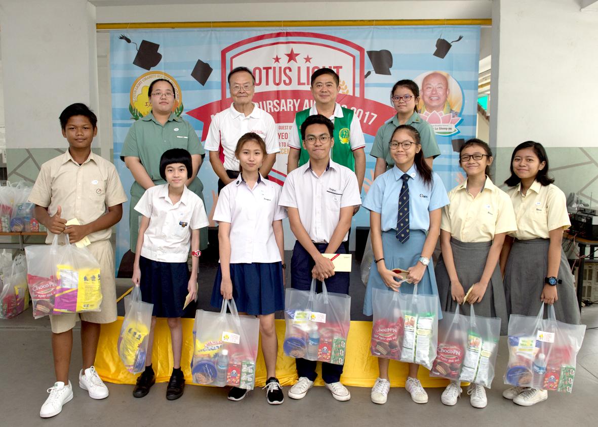 貴賓楊敦清先生、陳建安會長與受獎學子合照