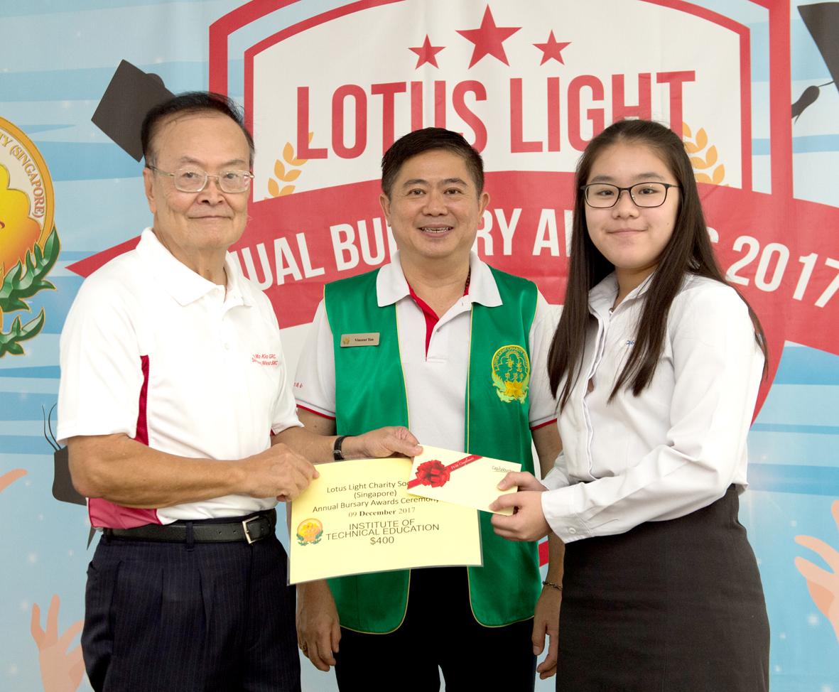 貴賓楊敦清先生(左)代表頒發助學金,華光功德會(新加坡)分會會長陳建安見證頒發儀式