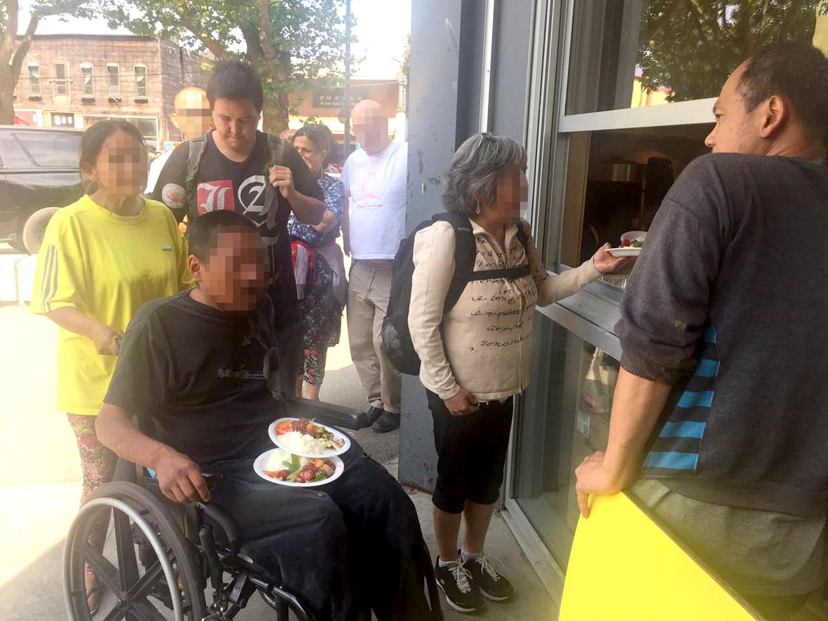 民眾領取華光義工派送的營養新鮮熱食