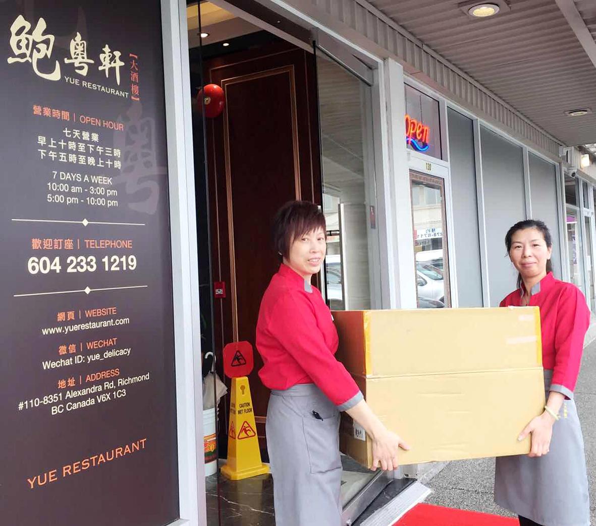 「鮑粵軒大酒樓」工作人員搬運熱食