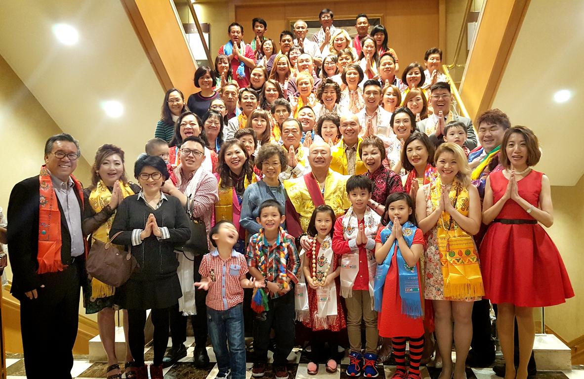 師尊、師母與熱情的東南亞善信弟子合影