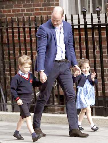 威廉王子牽著喬治王子及 夏綠蒂公主去探望小王子
