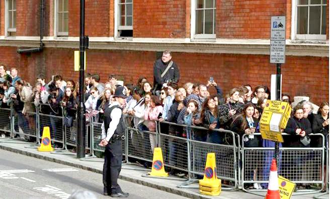 倫敦聖瑪麗醫院外大批的媒體及民眾等候