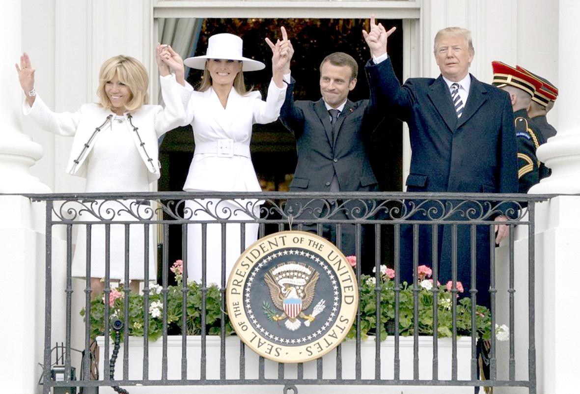 美國第一夫人梅蘭妮亞和法國第一夫人碧姬.馬克宏日前在歡迎儀式都以白色造型現身,各展時尚品味,而川普和馬克宏則上演兄弟情。