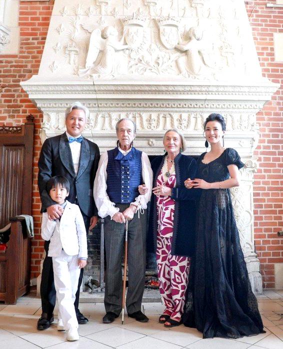 法國亨利德奧爾良王子夫婦在皇家古堡 設宴款待張庭與林瑞陽一家人