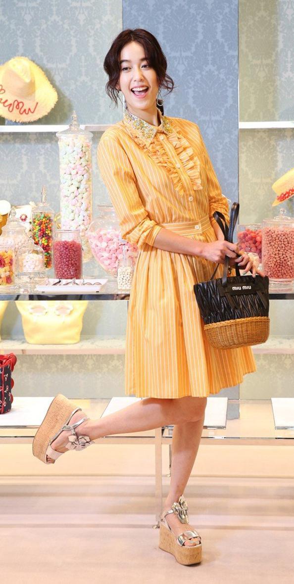 陳庭妮穿MIU MIU條紋棉質襯衫裙