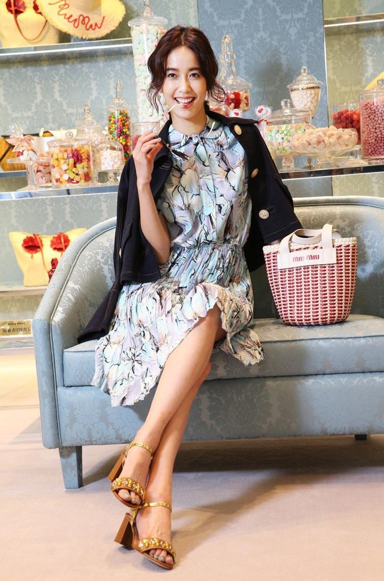 陳陳庭妮穿MIUMIU水藍色鳶尾花印花洋裝