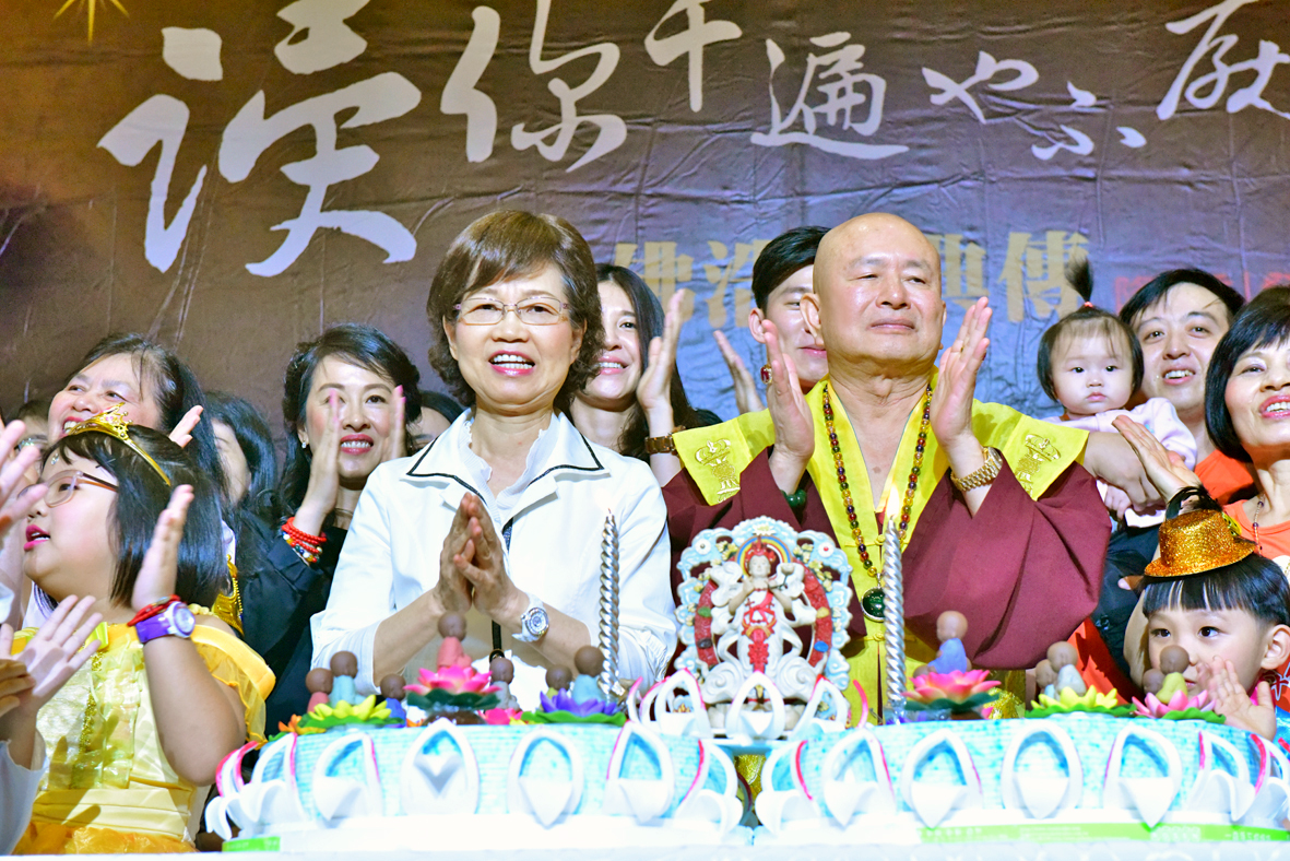 師尊、師母與佛子同唱生日快樂歌