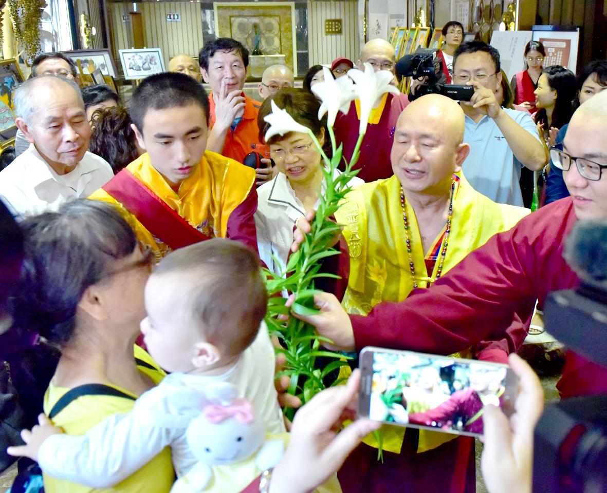 蓮生法王賜福弟子敬獻的鮮花