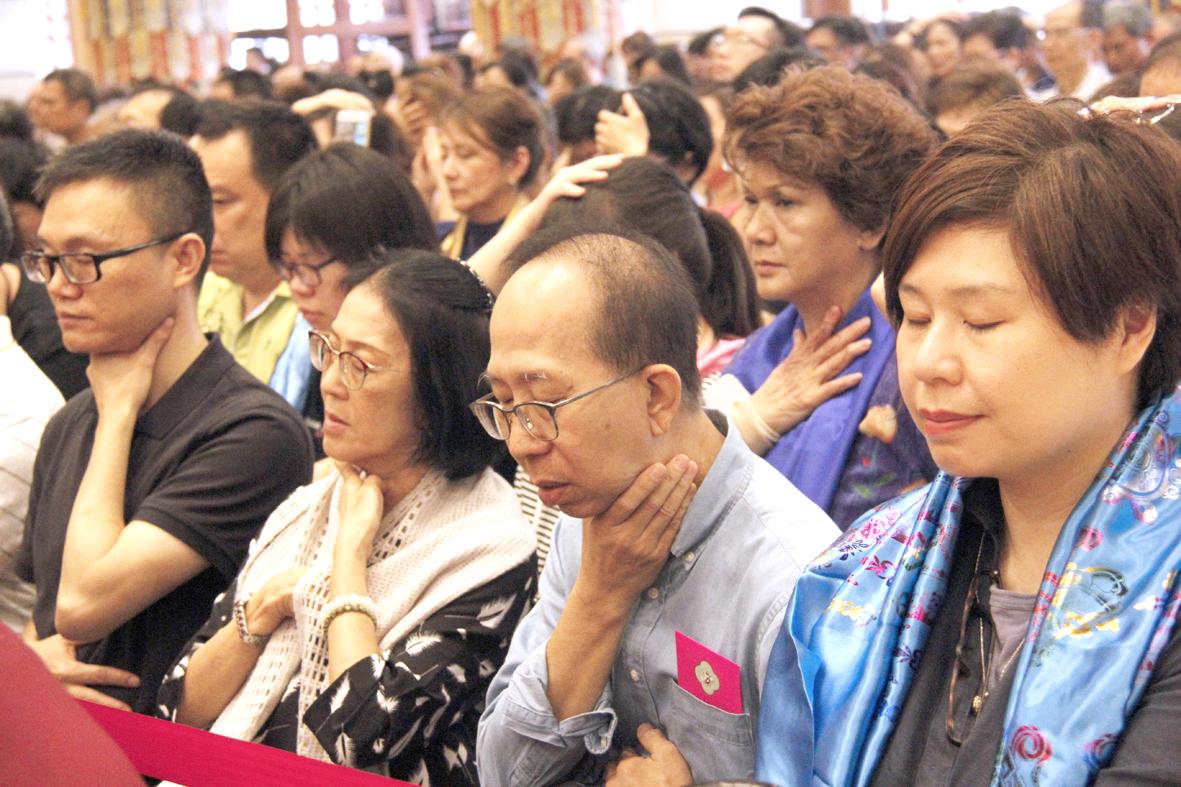 善信佛子聽著大幻化網金剛咒音,用手觸摸要治病的地方,請求加持。