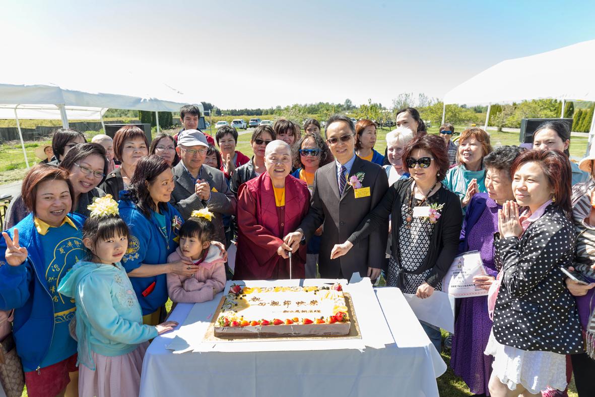 蓮慈金剛上師與貴賓經文處代表鄧卓然先生及何秀蘩女士等共切慶賀蛋糕