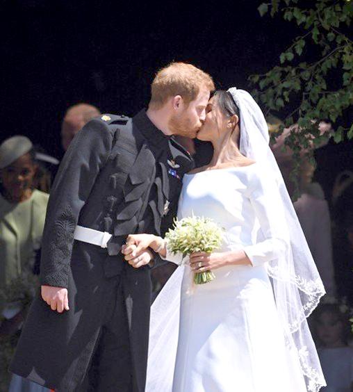 哈利王子親吻 新婚妻子