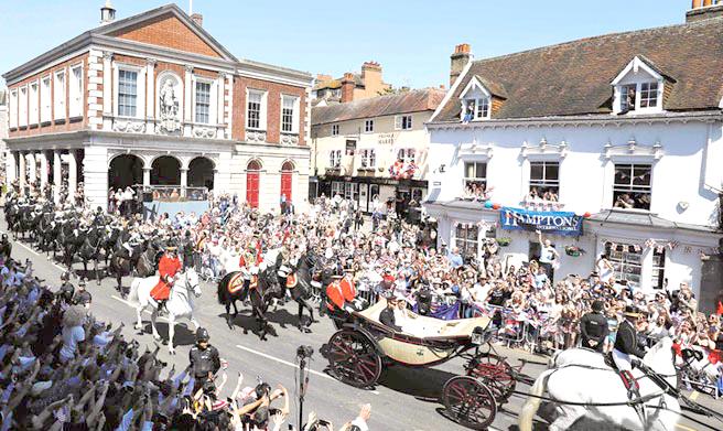 英國民眾齊聚觀看 哈利子王新婚的遊行
