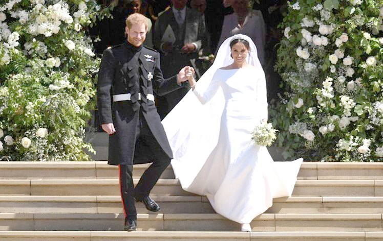 哈利王子手牽愛妻梅根