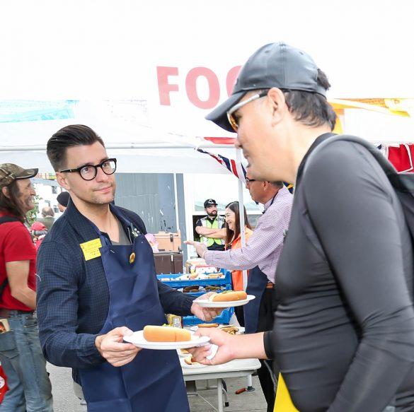 溫哥華市議員Councillor Hector Bremner遞送食物給民眾