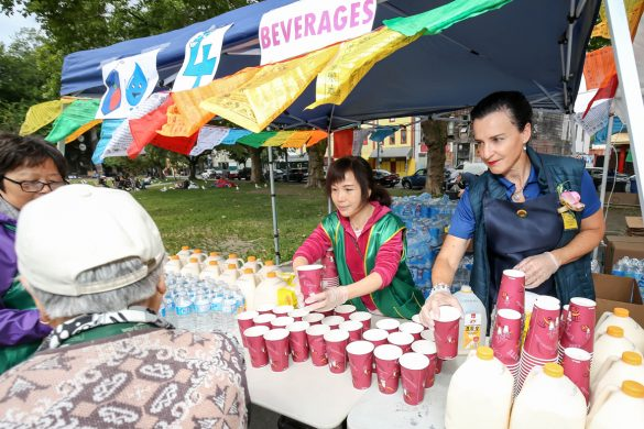 華光日慈善活動準備豐盛的食物提供給民眾