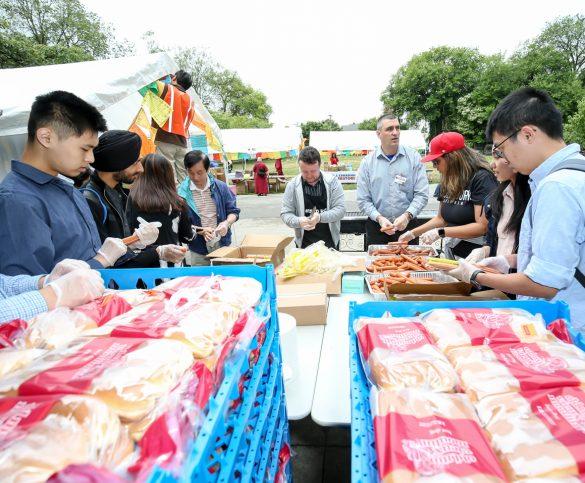 溫哥華華光功德會義工與Super Store經理及員工協助準備派發食物