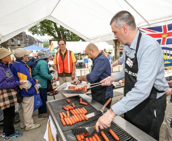 溫哥華華光功德會義工與Super Store經理們協助準備派發食物
