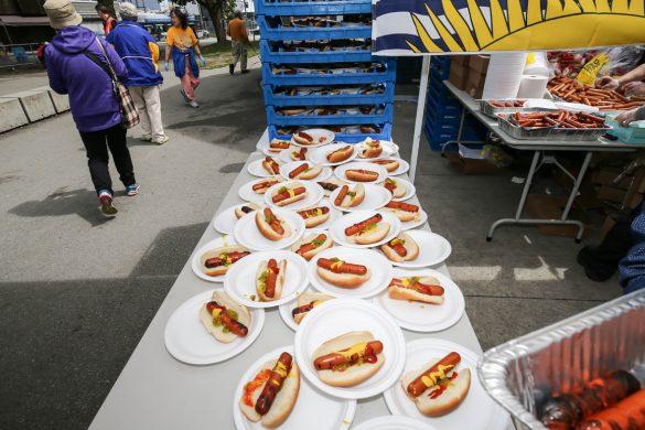 華光日慈善活動準備了豐盛的食物提供給民眾