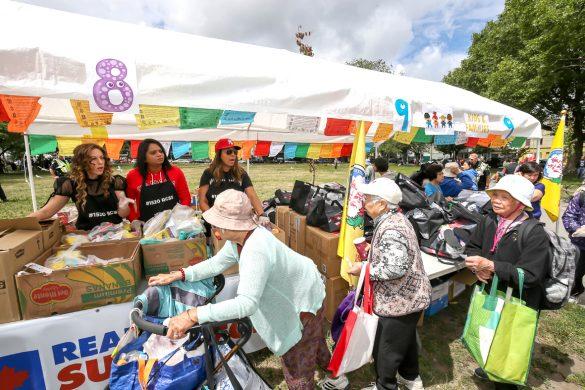 民眾排隊拿取食物與物資