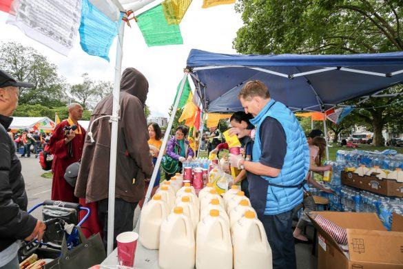 大溫食物銀行執行長Aart Shuurman Hess與溫哥華華光功德會義工準備豐盛的食物提供給民眾。