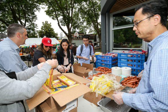 華光獎學金獲獎學子也加入派發食物給民眾