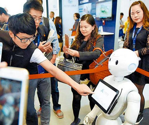 民眾與機器人互動